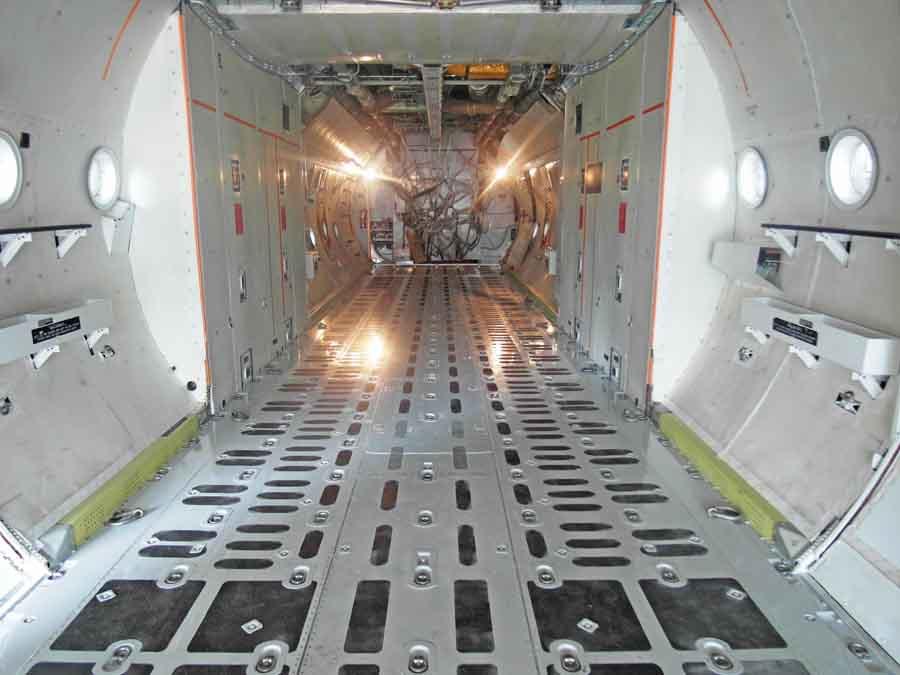 Figura 2: Configuración normal del piso de cabina del Hércules, cuando no se utilice como aeronave de lucha contra incendios.